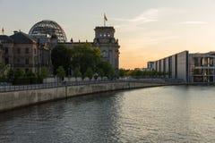 Il Reichstag e una nuova costruzione del Parlamento Fotografia Stock Libera da Diritti