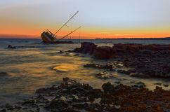 Il relitto della barca a vela, yacht si è decomposto e rovinato fotografia stock
