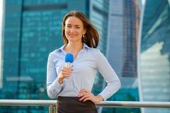 Il reporter della ragazza TV sta trasmettendo per radio immagini stock