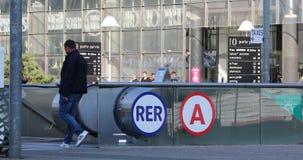 Il RER A firma dentro Parigi Francia stock footage