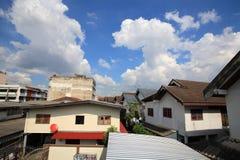 Il residente tailandese alloggia la comunità contro cielo blu Fotografia Stock