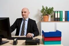 Il responsabile crea un foglio elettronico sul computer Fotografia Stock
