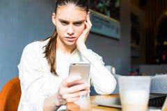 Il responsabile femminile ha ottenuto le risposte negative circa il suo lavoro nel messaggio sul telefono delle cellule immagini stock