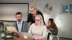 Il responsabile femminile viene alla tavola e la direzione dare Riunione creativa del gruppo di affari nell'ufficio startup moder video d archivio