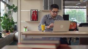 Il responsabile lavora al computer portatile stock footage