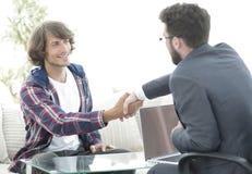 Il responsabile stringe le mani con il suo cliente fotografia stock