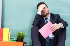 Il responsabile triste dopo la lettura riduce le dimensioni del licenziamento dell'avviso Fotografia Stock