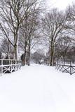 Il ressemble à une carte postale que cette rue néerlandaise a couverte dans la neige image stock