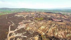 Il resti colourful di precedente montagna di Parys della miniera di rame vicino a Amlwch sull'isola di Anglesey, Galles, Regno Un archivi video