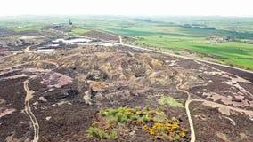 Il resti colourful di precedente montagna di Parys della miniera di rame vicino a Amlwch sull'isola di Anglesey, Galles, Regno Un video d archivio