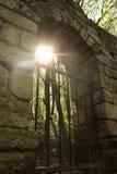 Il resti del portone del castello Fotografie Stock Libere da Diritti
