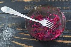 Il resti dell'insalata della barbabietola sui piatti Immagini Stock Libere da Diritti