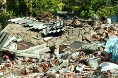 Il resti della casa demolita si è raccolto sul mucchio distrutto dalla granata nella città durante la guerra Immagine Stock
