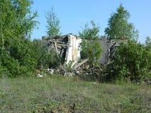Il resti delle case nella zona di esclusione ha creato dopo l'incidente di Cernobyl in Bielorussia Immagini Stock