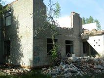 Il resti delle case nella zona di esclusione ha creato dopo l'incidente di Cernobyl in Bielorussia Fotografie Stock Libere da Diritti