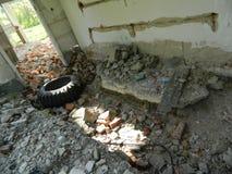 Il resti delle case nella zona di esclusione ha creato dopo l'incidente di Cernobyl in Bielorussia Fotografia Stock