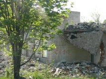 Il resti delle case nella zona di esclusione ha creato dopo l'incidente di Cernobyl in Bielorussia Fotografie Stock