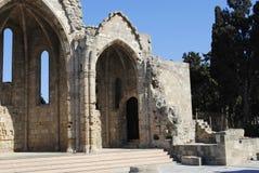 Il resti di una chiesa medievale nel parco della città sull'isola di Rodi in Grecia Fotografia Stock Libera da Diritti