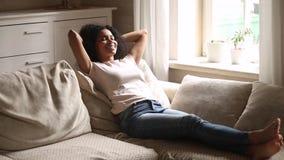 Il resto africano calmo della donna sullo strato gode del giorno libero di sforzo archivi video