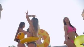 Il resto dell'estate, amiche della società le belle in costumi da bagno con capelli lunghi e gli enti esili attivamente stanno ba stock footage