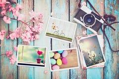 Il retro album di foto della carta e della macchina fotografica sulla tavola di legno con il confine dei fiori progetta Immagine Stock Libera da Diritti