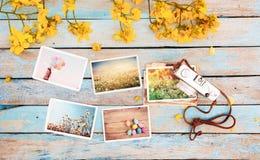 Il retro album di foto della carta e della macchina fotografica sulla tavola di legno con il confine dei fiori progetta - Fotografie Stock Libere da Diritti