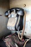 Il retro dispositivo di comunicazione nero del telefono utilizzato per la comunicazione della stazione ferroviaria con il meccani fotografia stock
