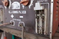 Il retro grande interruttore elettrico d'annata rotto con protegge fotografia stock libera da diritti