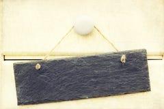 Il retro incrocio ha elaborato l'immagine del segno dell'ardesia su legno Fotografia Stock Libera da Diritti