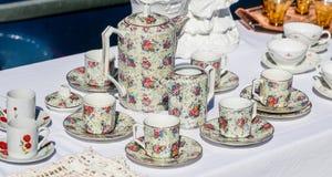 Il retro insieme di caffè ha venduto al mercato delle pulci per la riutilizzazione dei piatti Immagine Stock Libera da Diritti
