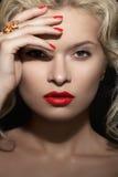 Il retro modello biondo, labbra rosse anello prepara, del manicure & dei gioielli Fotografie Stock Libere da Diritti