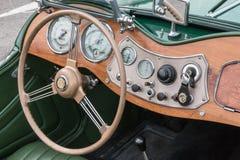Il retro sedile dell'autista dell'automobile di MG e cruscotto d'annata Fotografia Stock