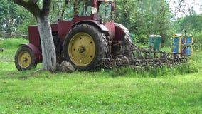 Il retro trattore ed alveare in vecchia molla dell'azienda agricola fanno il giardinaggio video d archivio