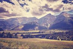 Il retro vecchio film ha stilizzato la foto di alte montagne di Tatra, Slovacchia Fotografie Stock
