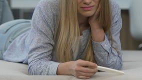Il ribaltamento della ragazza circa il test di gravidanza positivo, gridante ritiene solo e spaventato archivi video