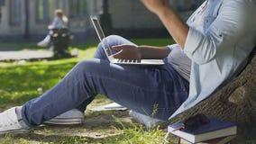 Il ribaltamento dello studente e deludente, ha dimenticato il diploma di risparmi sul computer portatile, software di sostegno video d archivio
