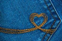Il ricamo sotto forma di un cuore su un denim intasca Deni blu Fotografie Stock