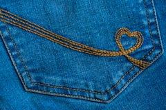 Il ricamo sotto forma di un cuore su un denim intasca Deni blu Fotografie Stock Libere da Diritti
