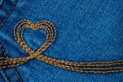 Il ricamo sotto forma di un cuore su un denim intasca Deni blu Immagini Stock Libere da Diritti