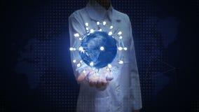 Il ricercatore femminile, l'ingegnere, la palma aperta di medico, terra girante, collega l'icona della lampadina di idea tecnolog royalty illustrazione gratis
