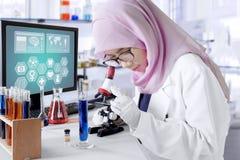 Il ricercatore lavora con il microscopio in laboratorio Fotografie Stock Libere da Diritti