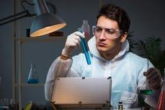 Il ricercatore legale che lavora nel laboratorio che cerca prova Fotografie Stock Libere da Diritti