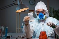 Il ricercatore legale che lavora nel laboratorio che cerca prova Fotografia Stock Libera da Diritti