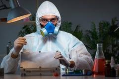 Il ricercatore legale che lavora nel laboratorio che cerca prova Fotografie Stock