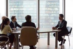 Il richiedente nero sicuro impressiona i reclutatori durante l'intervista immagini stock libere da diritti