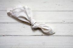 Il ricordo, nodo in un vecchio fazzoletto su bianco ha dipinto il legno, c Immagini Stock
