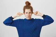 Il rifiuto infastidito ed offensivo della ragazza ascolta scuse Ragazza sveglia insultata arrabbiata della testarossa con le orec Fotografie Stock Libere da Diritti