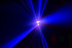 Il riflettore della fase con il laser rays il fondo di pendenza Immagine Stock