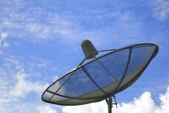 Il riflettore parabolico ed il cielo blu Immagine Stock
