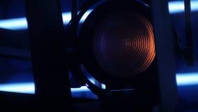 Il riflettore sta commutando fuori in uno studio scuro della TV video d archivio